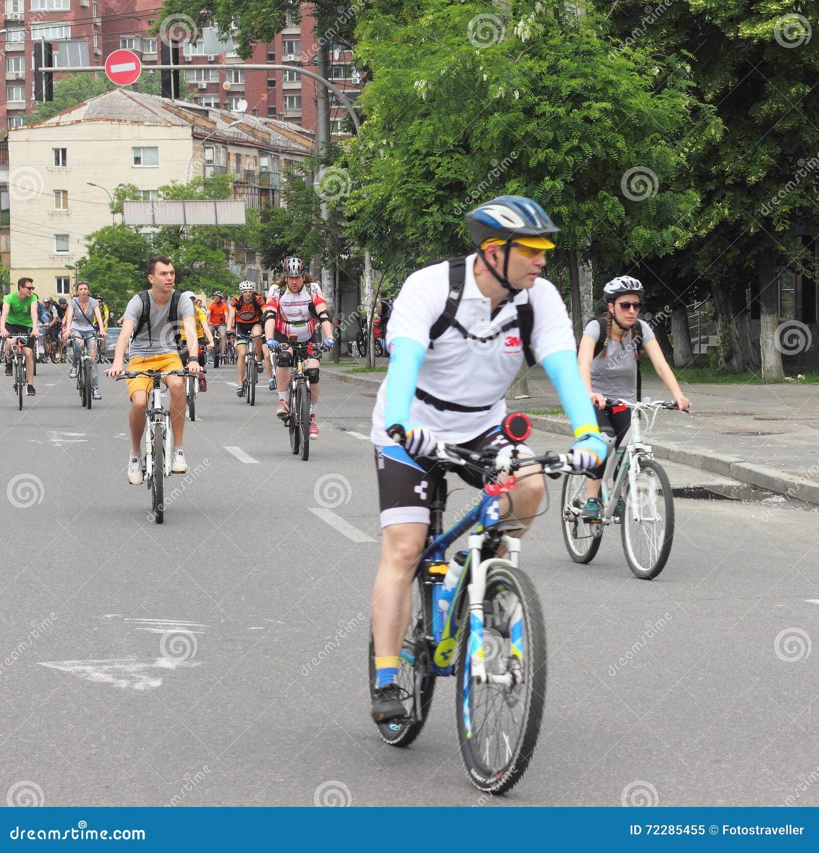 Download Время ехать велосипед через улицы Редакционное Изображение - изображение насчитывающей через, атеросклероза: 72285455