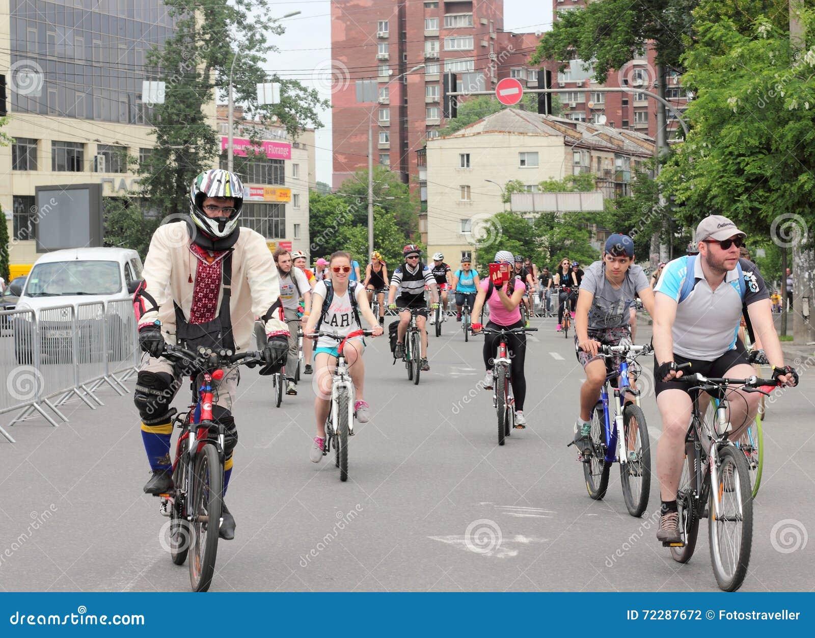 Download Время ехать велосипед через улицы Редакционное Фотография - изображение насчитывающей свободно, шлем: 72287672