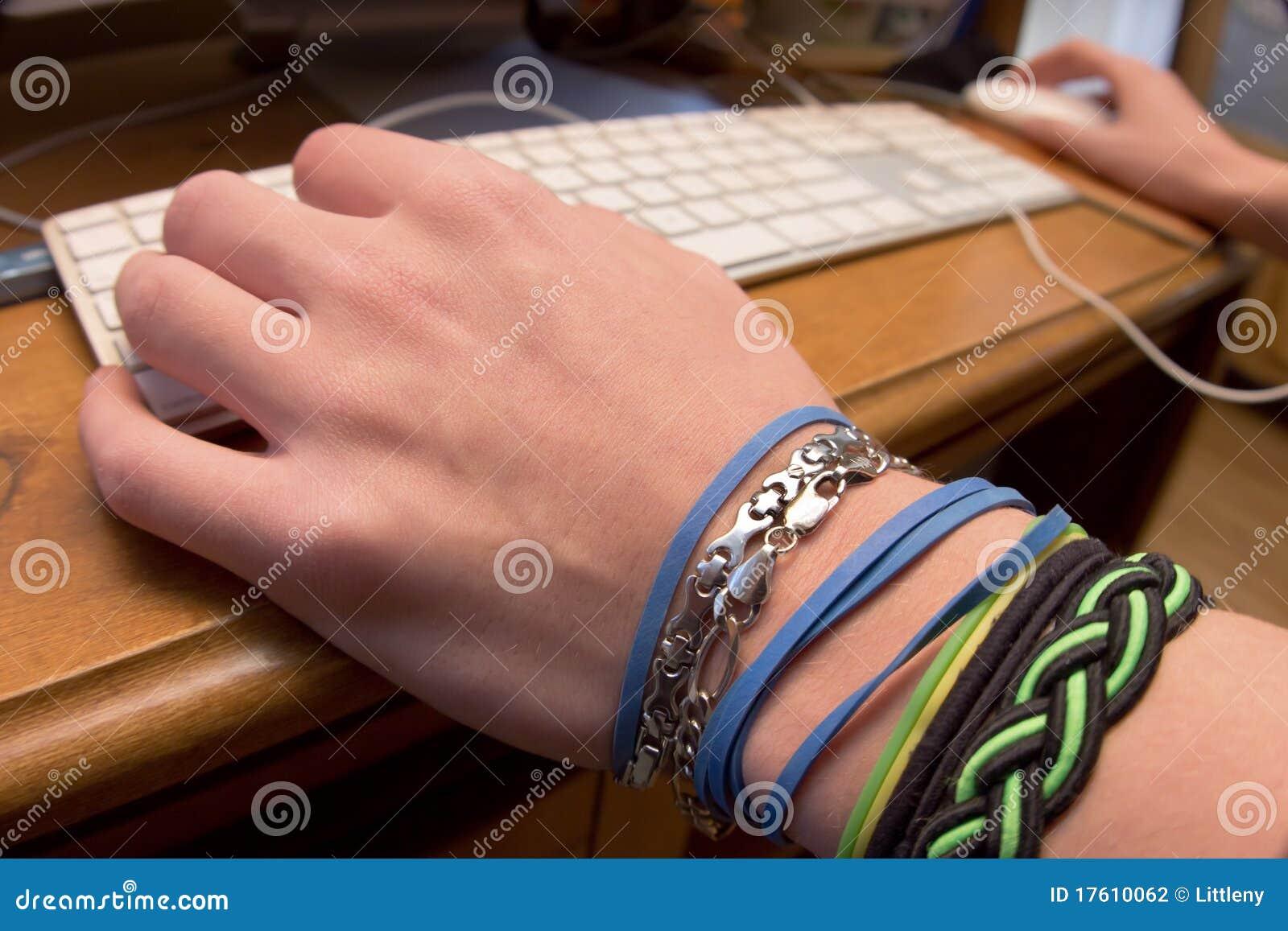 вручает клавиатуру