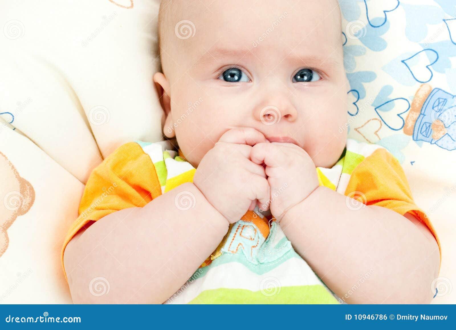 вручает младенческий рот