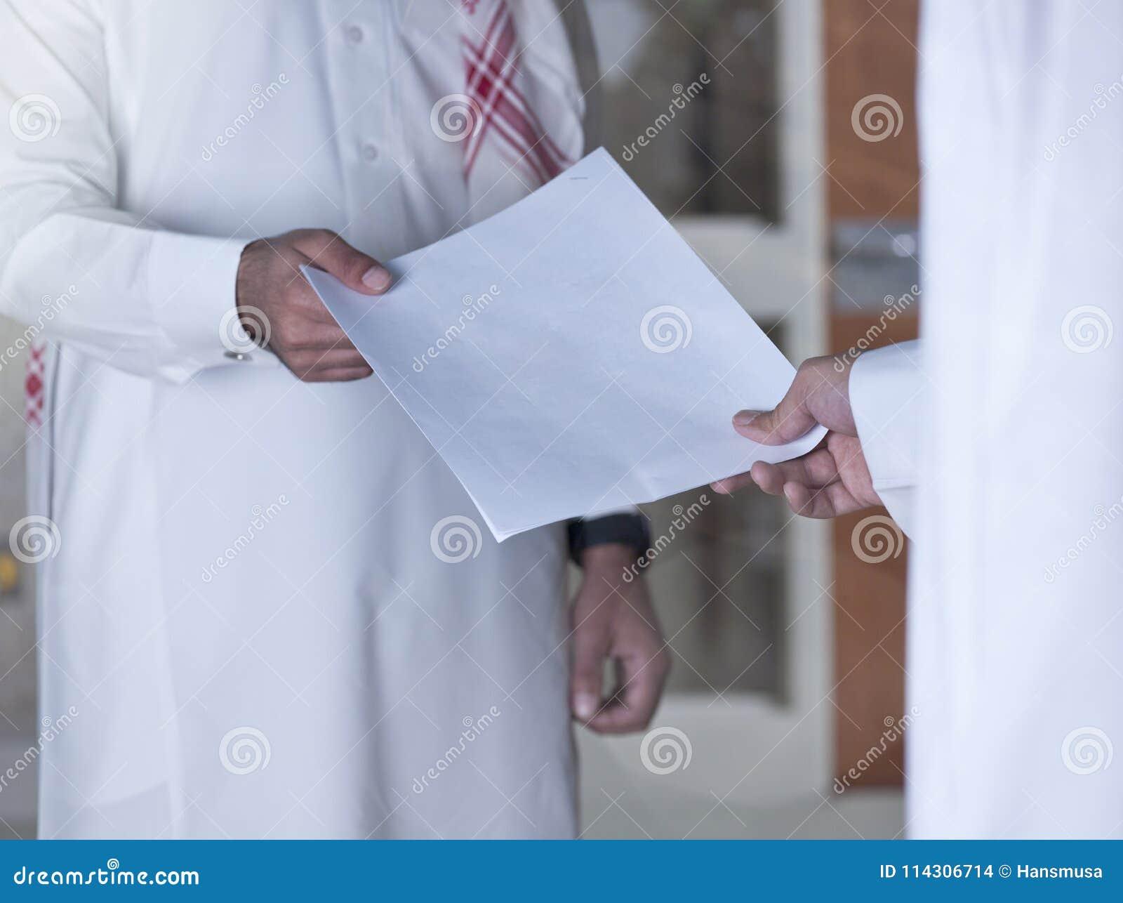 Вручать над документом к товарищескому работнику