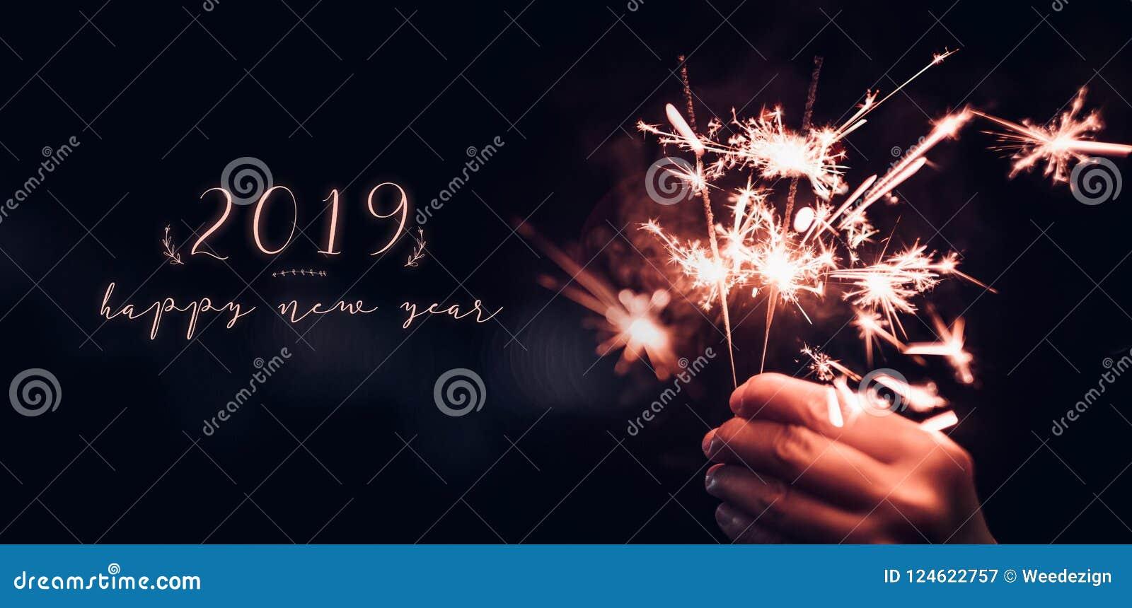 Вручите держать горящий взрыв бенгальского огня с счастливым Новым Годом 2019 дальше