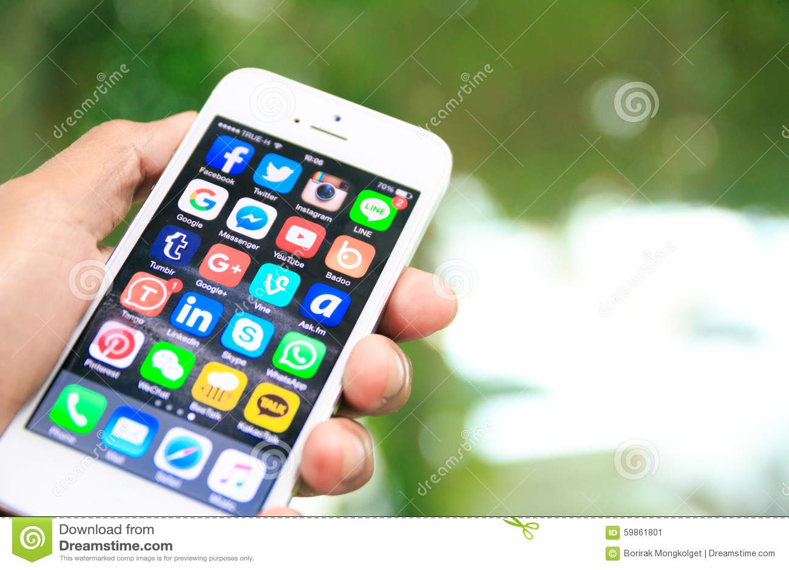 Вручите держать iPhone с социальными применениями средств массовой информации на экране