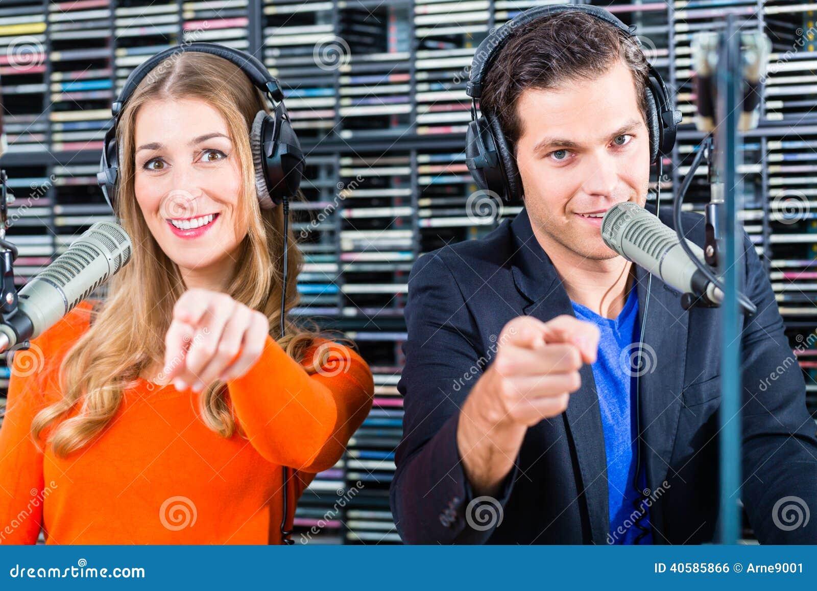 Вручители радио в радиостанции на воздухе