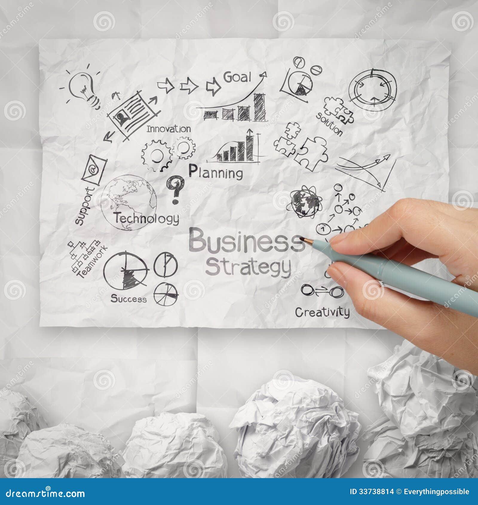 Вручите рисуя творческую стратегию бизнеса на скомканном бумажном backgr