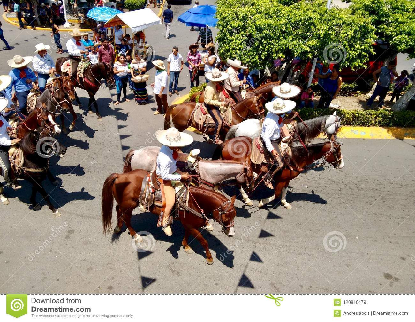 Всадники лошади с типичной одеждой charro на Enrama de Сан Isidro Лабрадор в Comalcalco Табаско Мексике