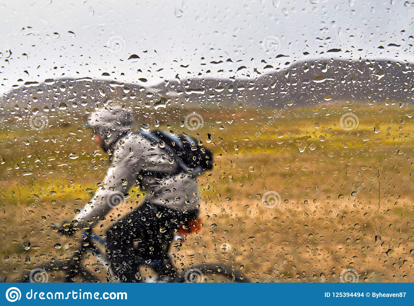 Download Всадник горного велосипеда в дожде Стоковое Фото - изображение насчитывающей велосипед, adventurousness: 125394494