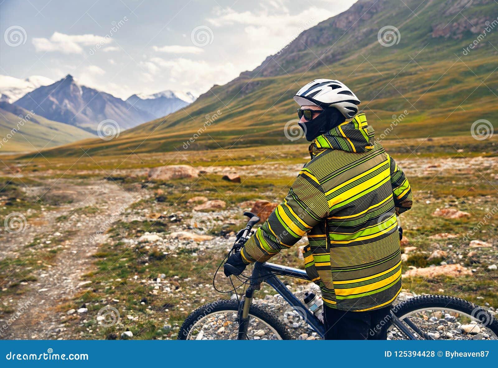 Download Всадник горного велосипеда стоковое фото. изображение насчитывающей покато - 125394428