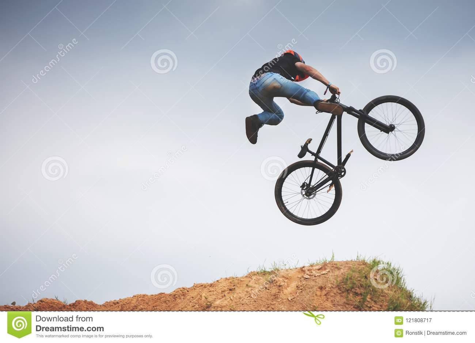 Всадник грязи Mtb делая фокус на скачке
