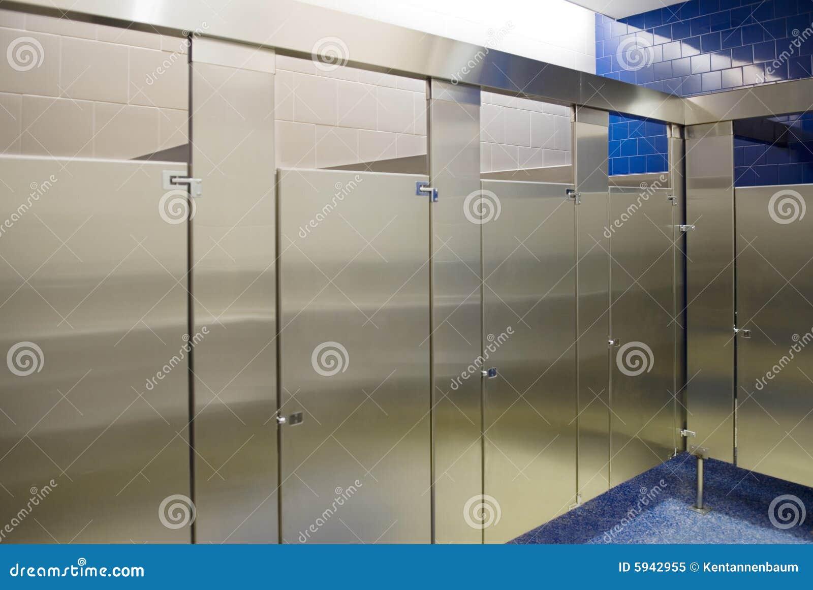 все занятые ванной комнатой стойлы публики