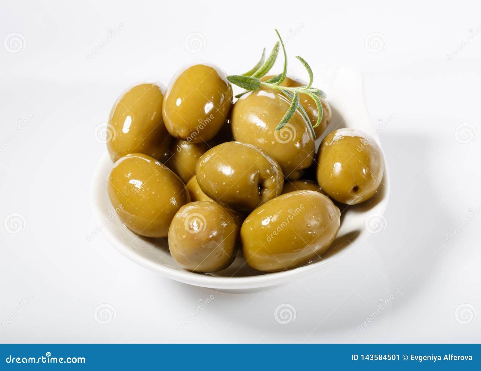 Все зеленые оливки в белом шаре