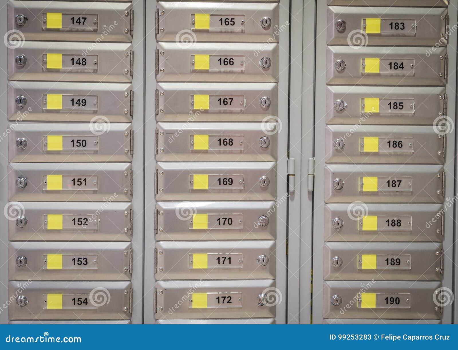 все кладет закрытые пронумерованные числа в коробку столбом 3 офиса
