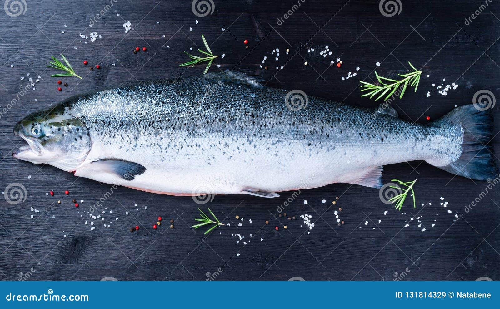 все свежие сырцовые большие рыбы семг с приправой, солью, перцем и