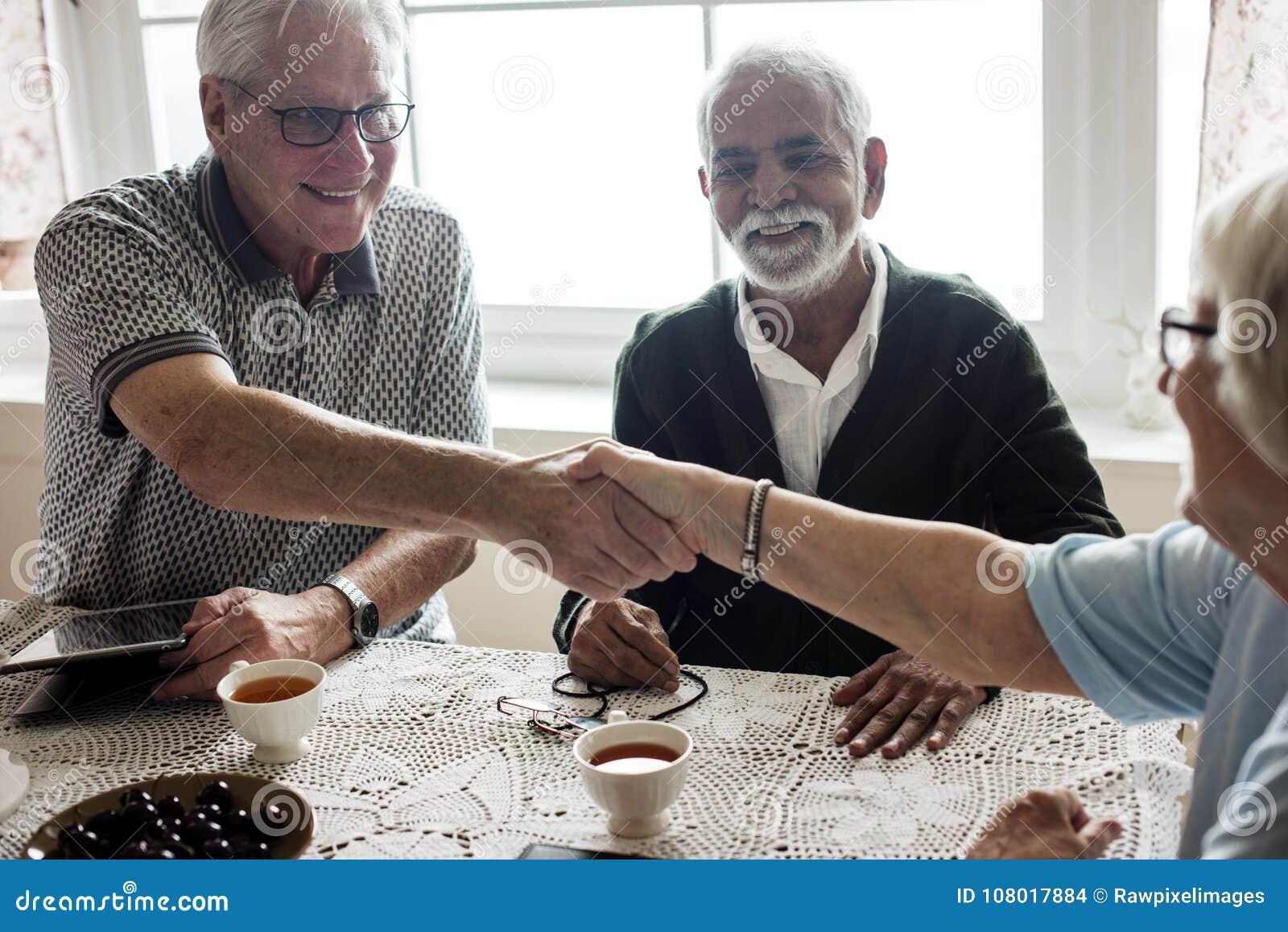 Вскользь старшии тряся руки совместно