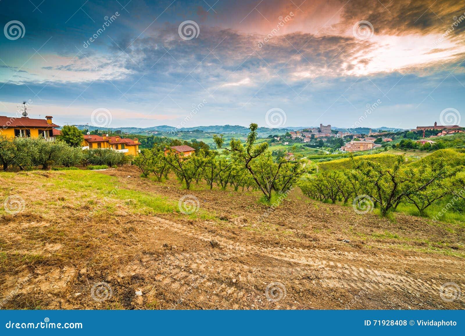Вспаханное поле в сельской местности вокруг средневекового замка