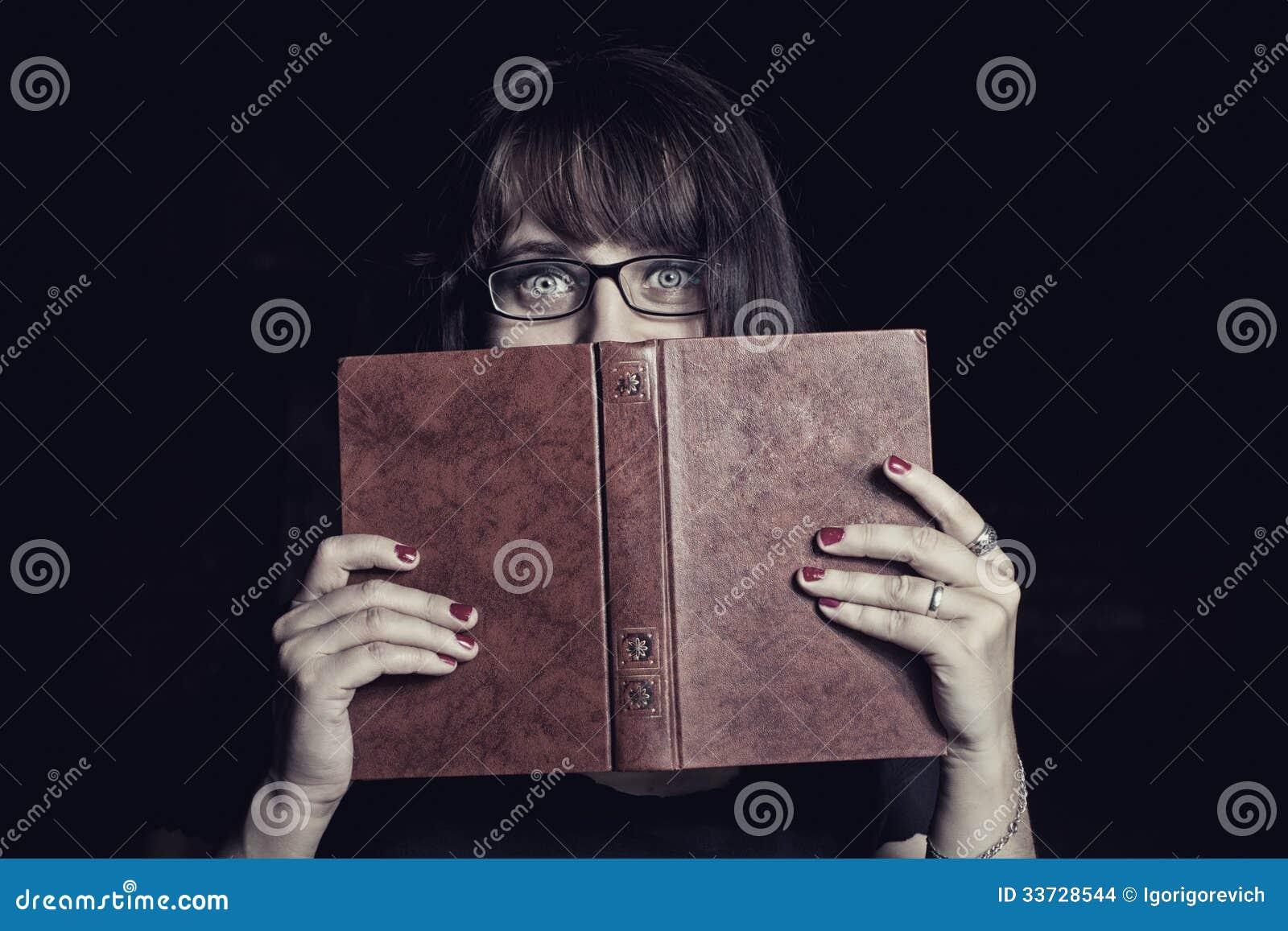 Вспугнутый студент с книгой