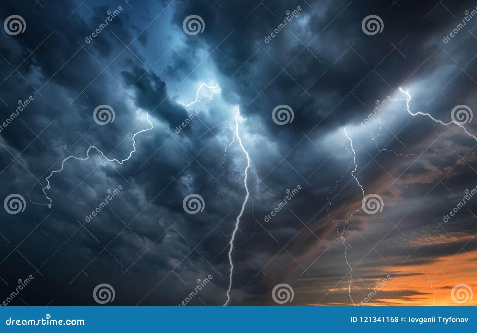 Вспышка грозы молнии над ночным небом Концепция на тропическом шлеме