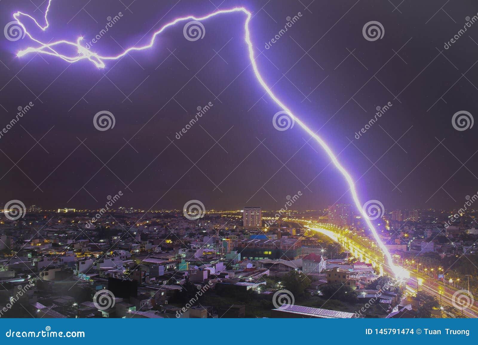 Вспышка молнии через небо