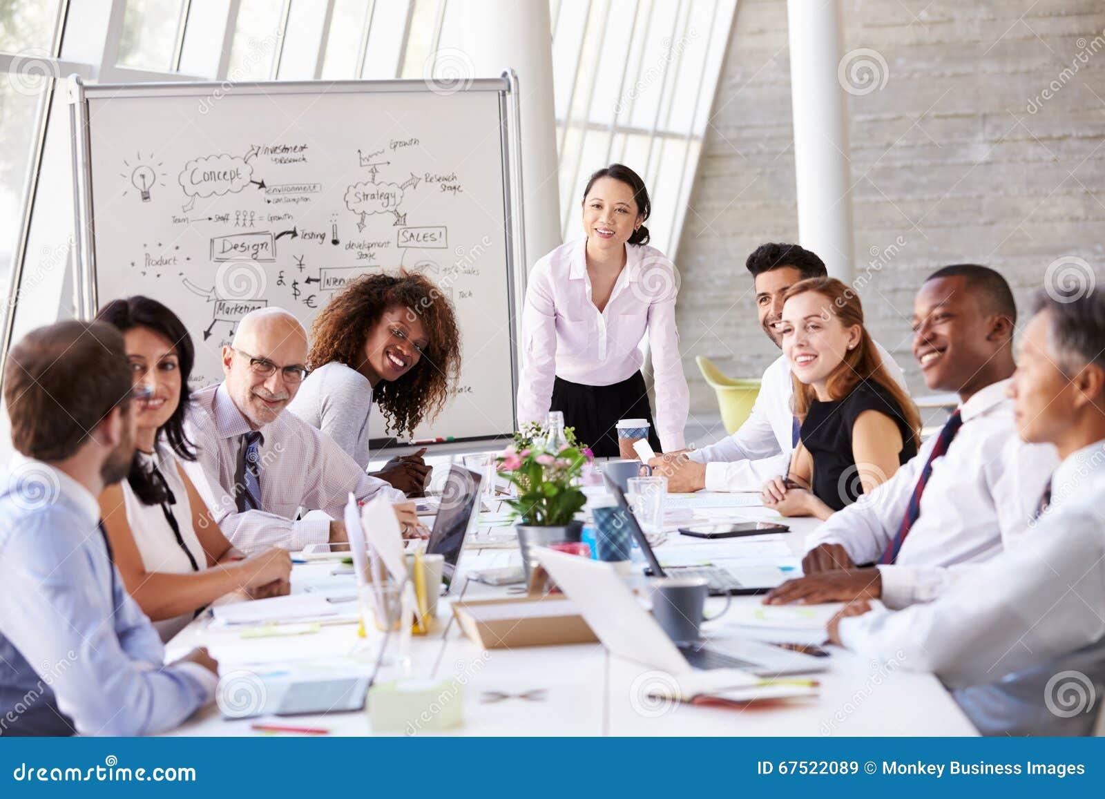 Встреча азиатской коммерсантки ведущая на таблице зала заседаний правления