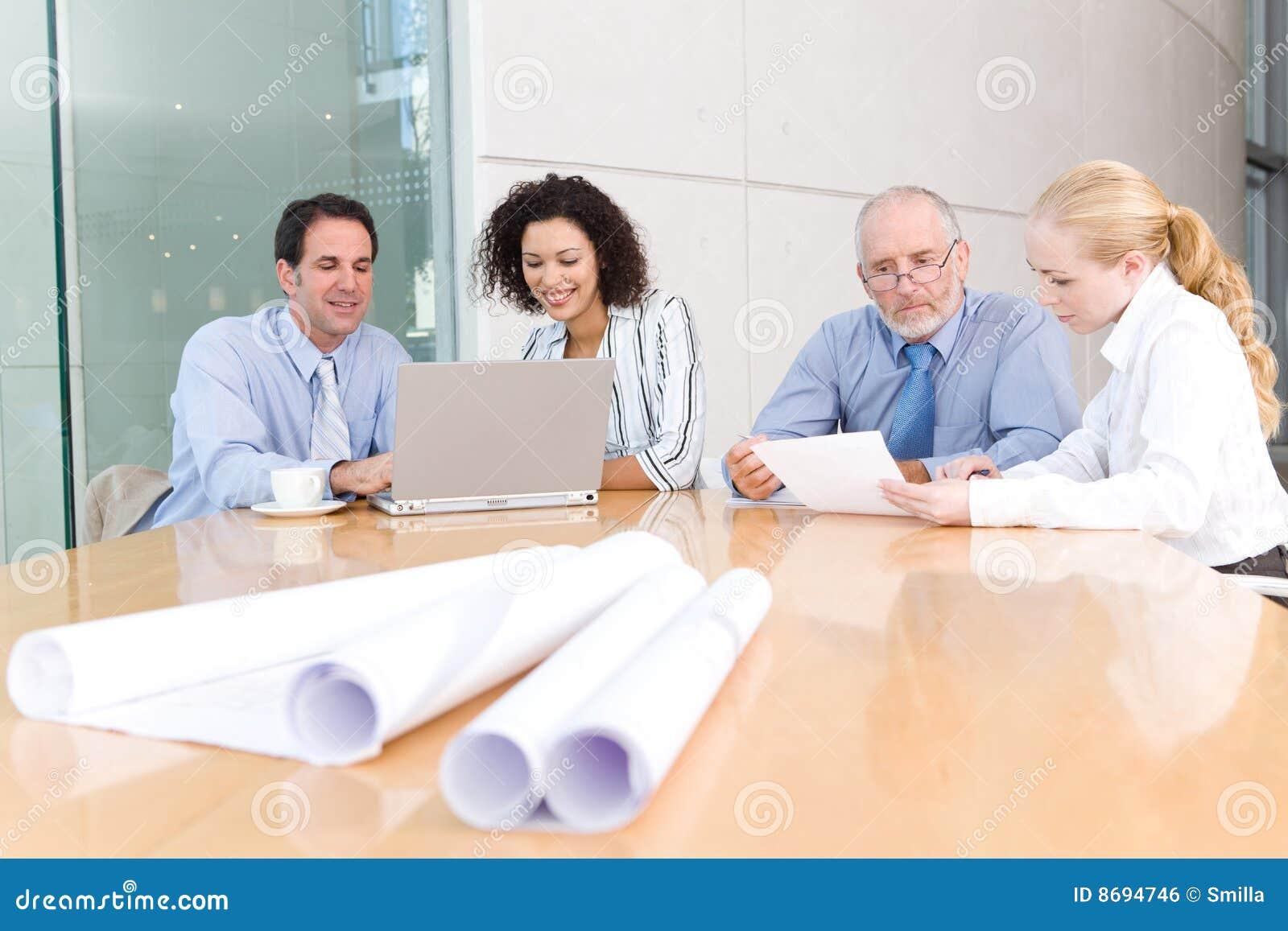 встреча бизнес-группы архитектора