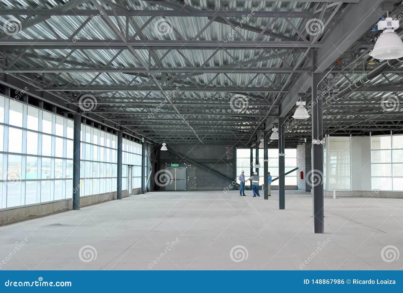 Встреча группы в составе построители и архитекторы в пустом складе
