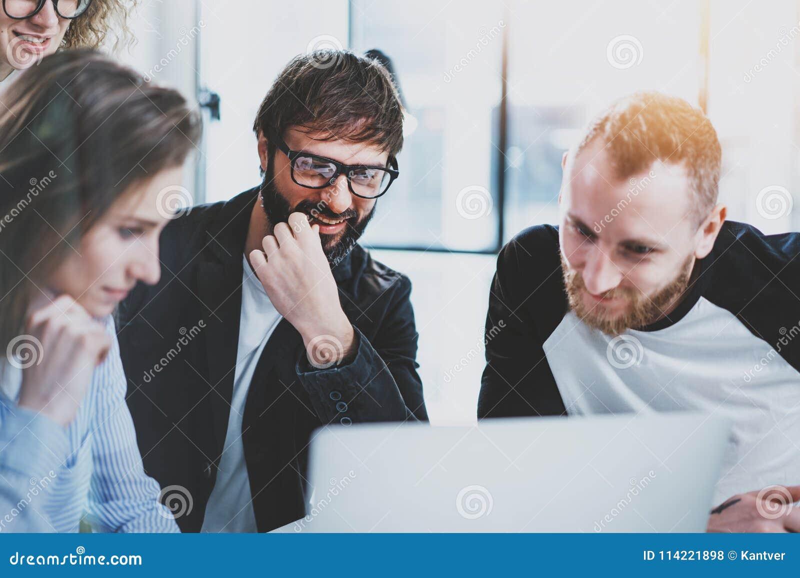 встреча дела 3d изолированная принципиальной схемой представляет белизну Сотрудники объединяются в команду работа с мобильным ком
