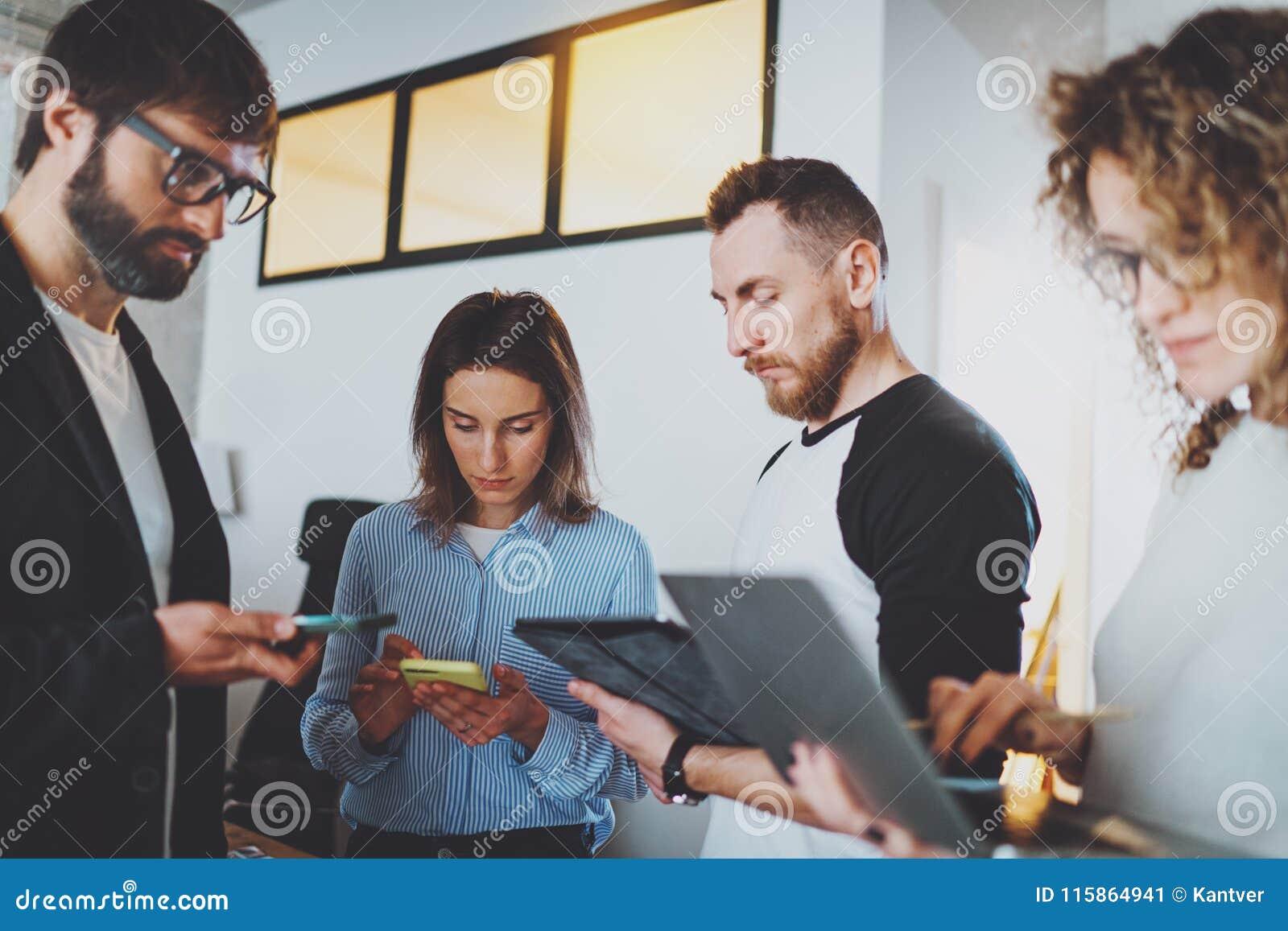 встреча дела 3d изолированная принципиальной схемой представляет белизну Сотрудники объединяются в команду работа с мобильными ус