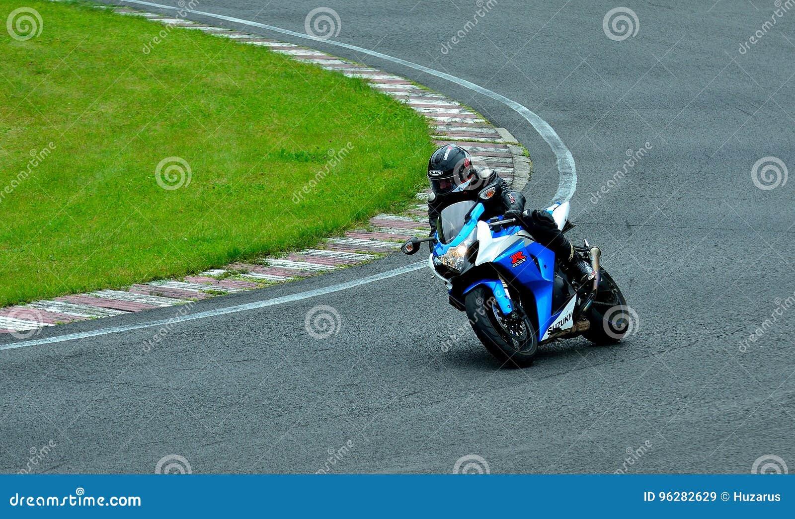 Встреча катания мотоцикла в центре гонки WallraV