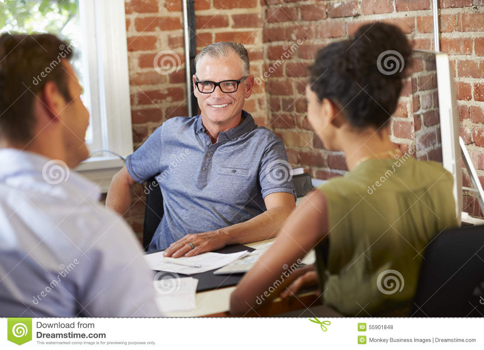 Встреча пар с финансовым советником в офисе