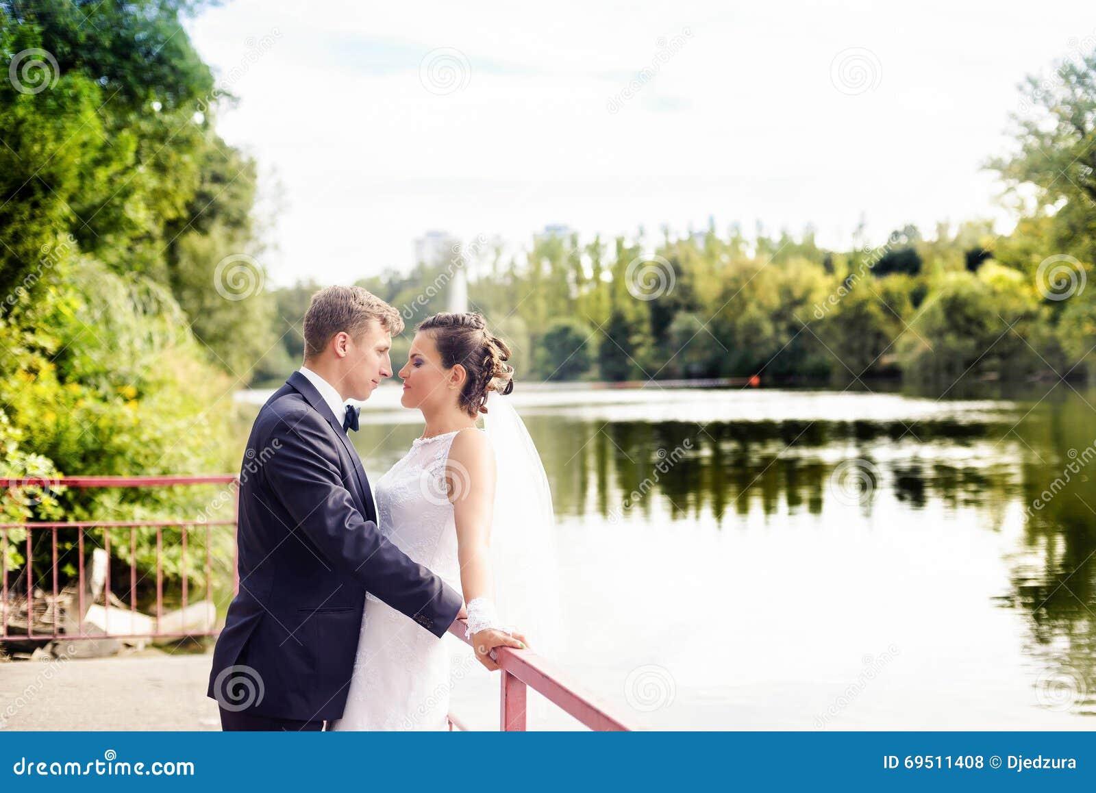 Встреча свадьбы в парке