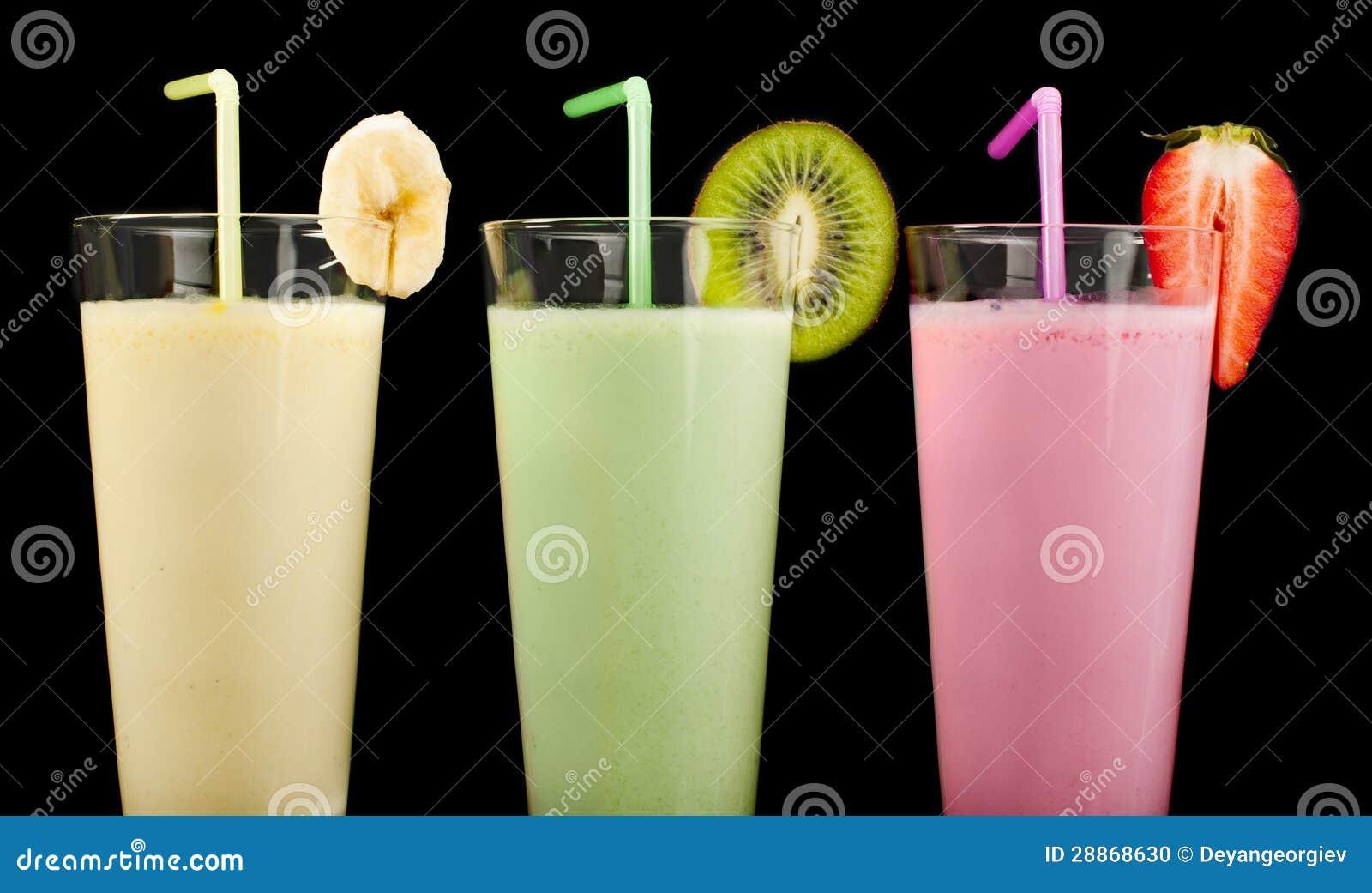 Встряхивание молока банана, кивиа и клубники и свежие fruis