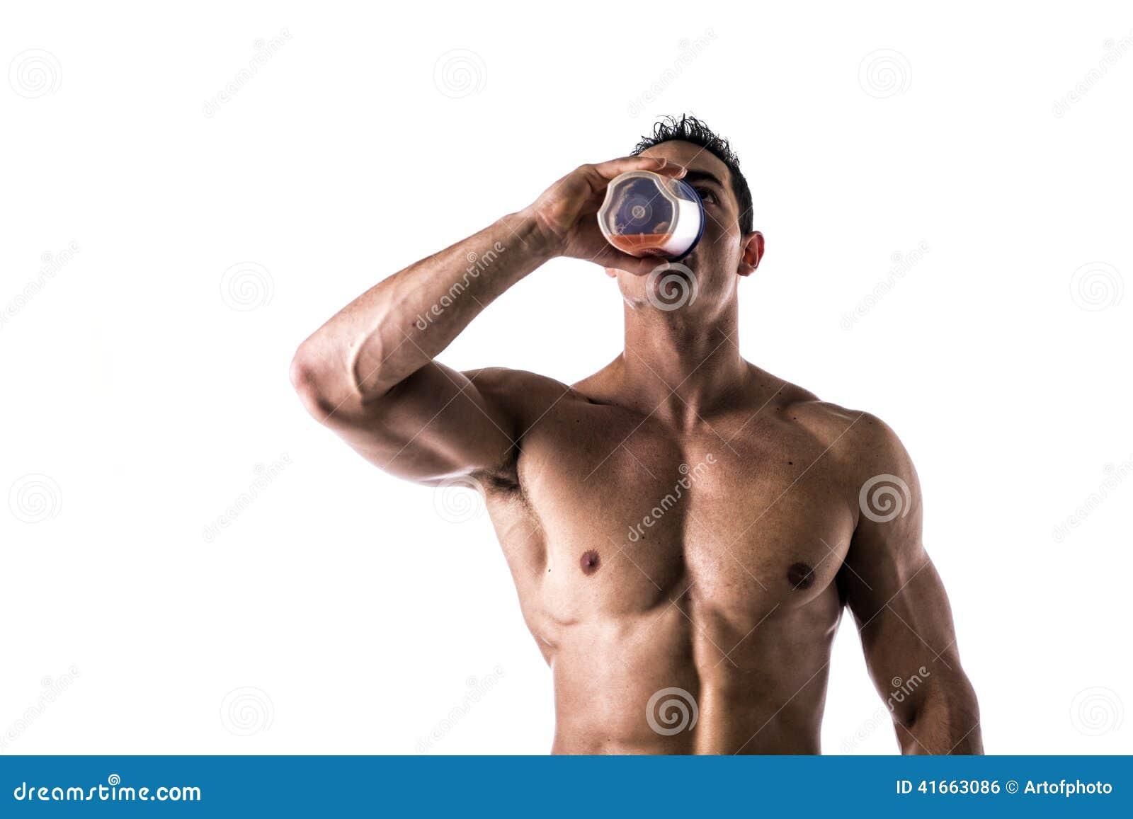 Встряхивание протеина мышечного без рубашки мужского культуриста выпивая от blender