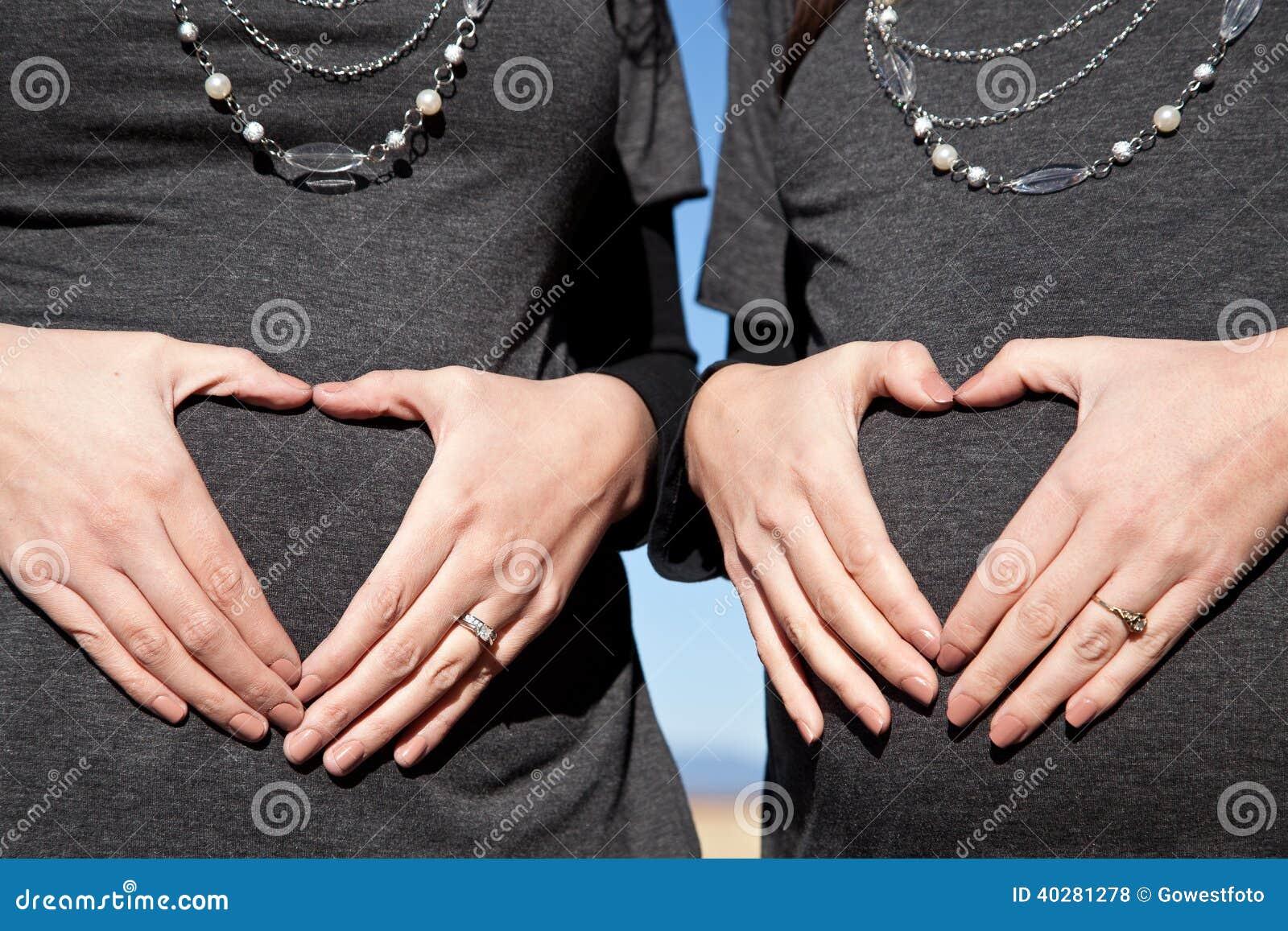 Всход материнства 2 беременных женщин