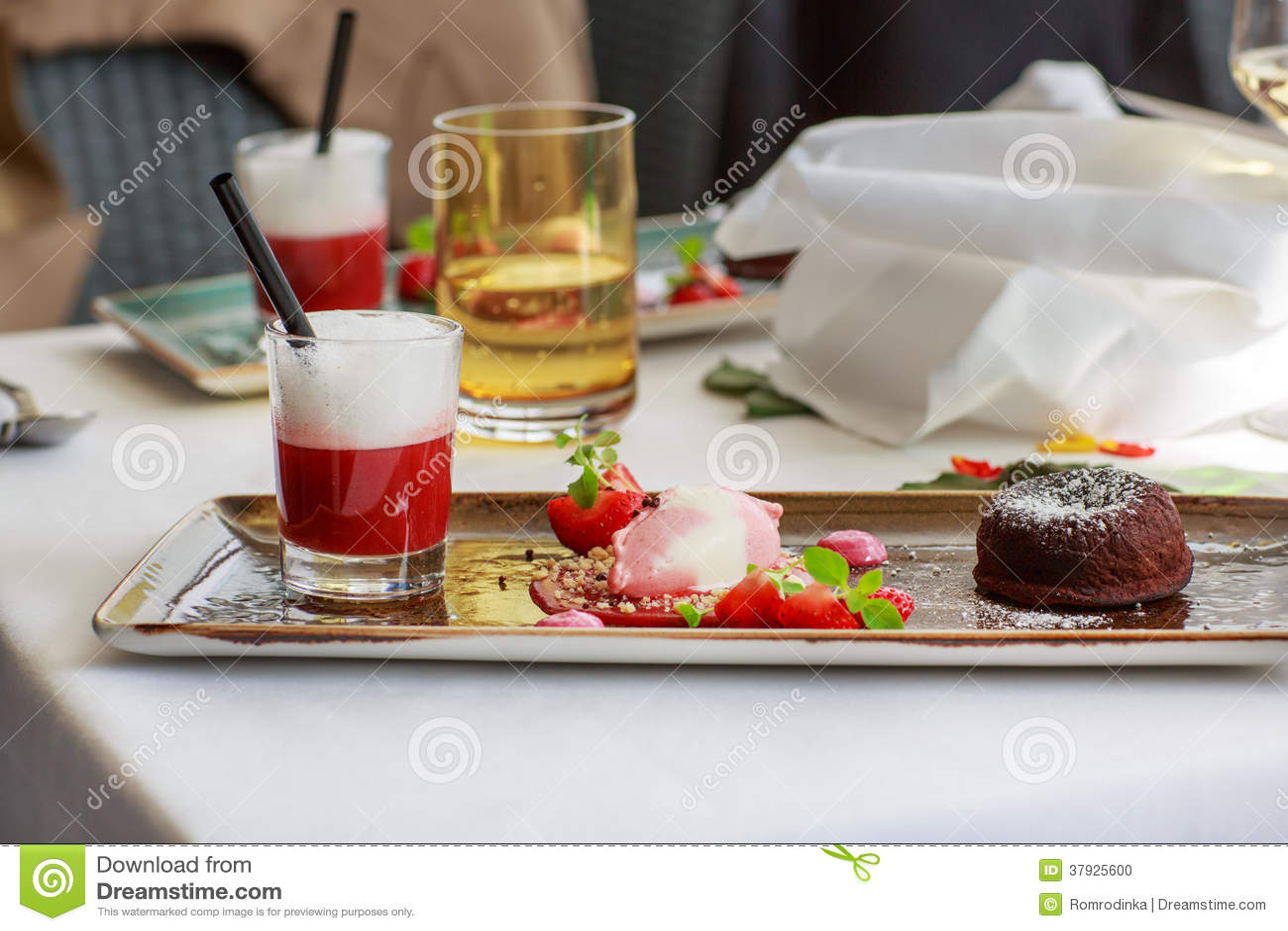 Втройне десерт с шоколадом и клубникой