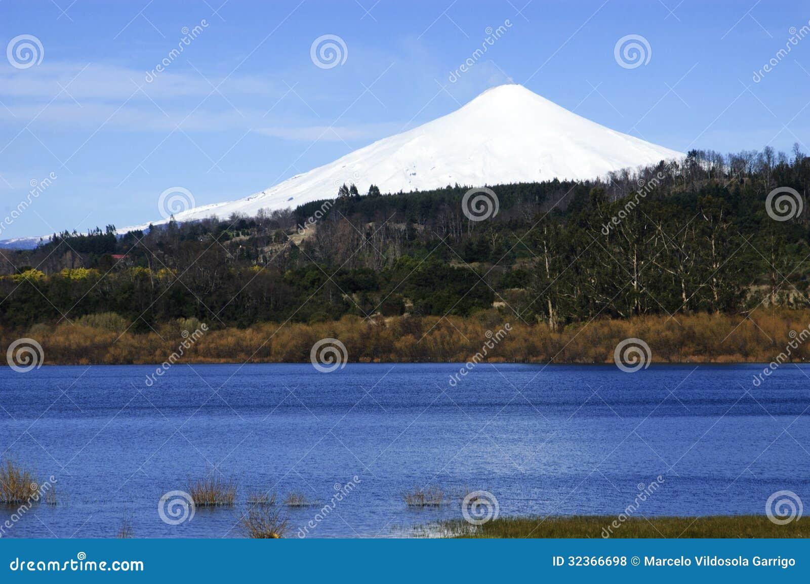 Вулкан и озеро Villarrica в Чили