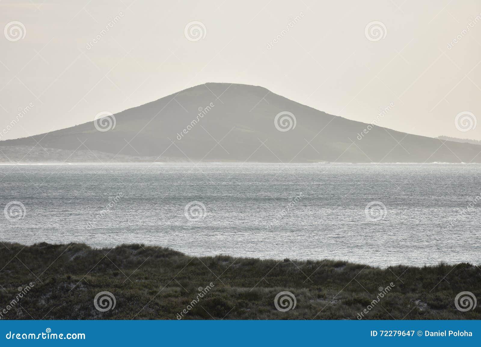Download Вулкан на береге моря стоковое изображение. изображение насчитывающей поверхность - 72279647