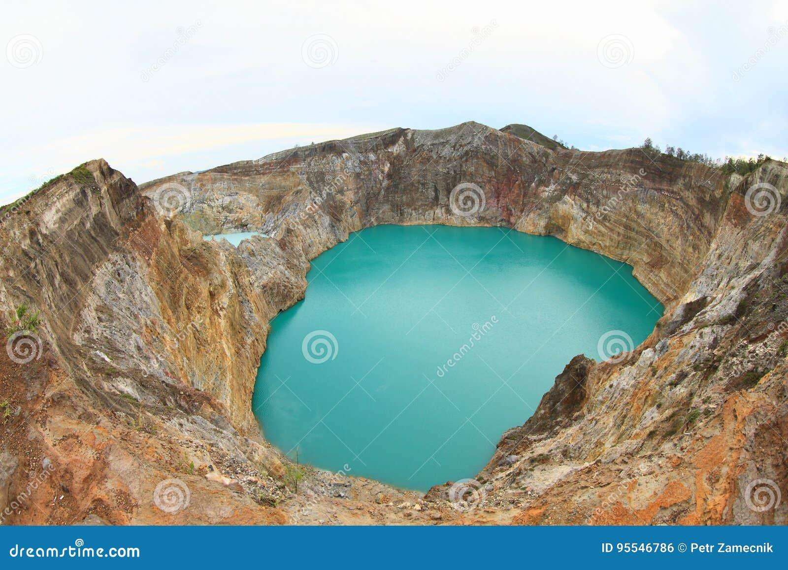 Вулкан на Kelimutu - уникально озера залуживают и выстукивают