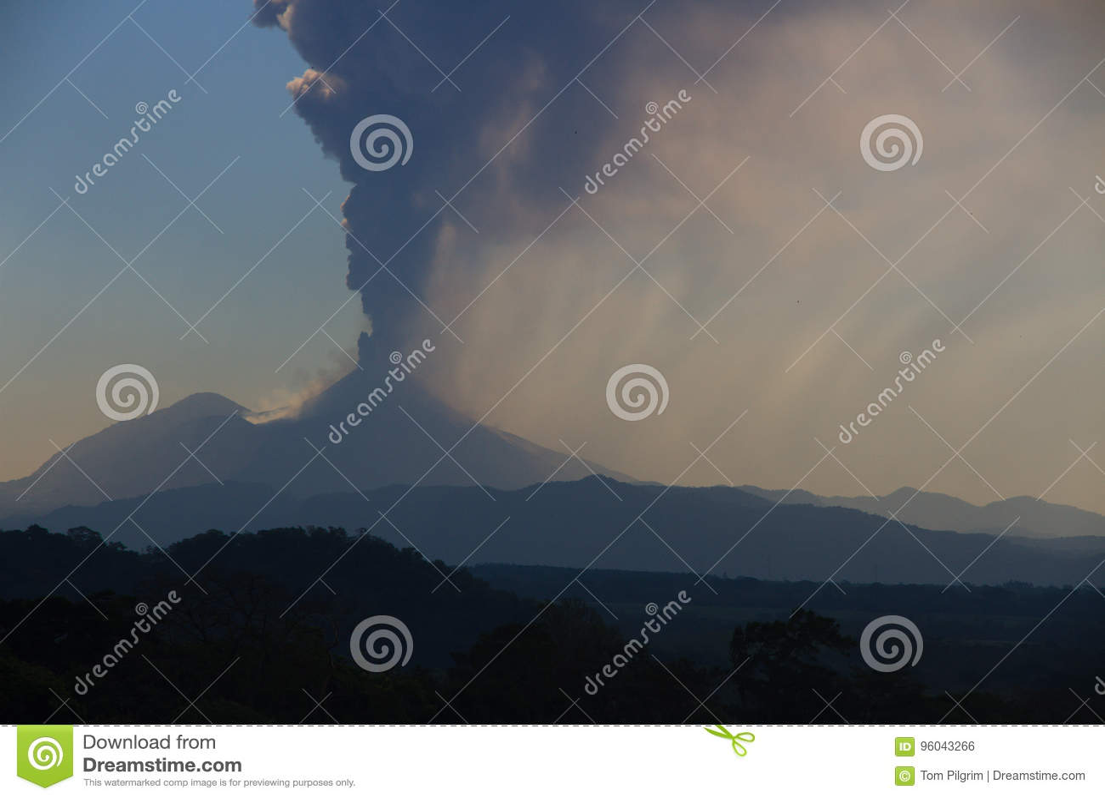 Вулкан Pacaya извергая