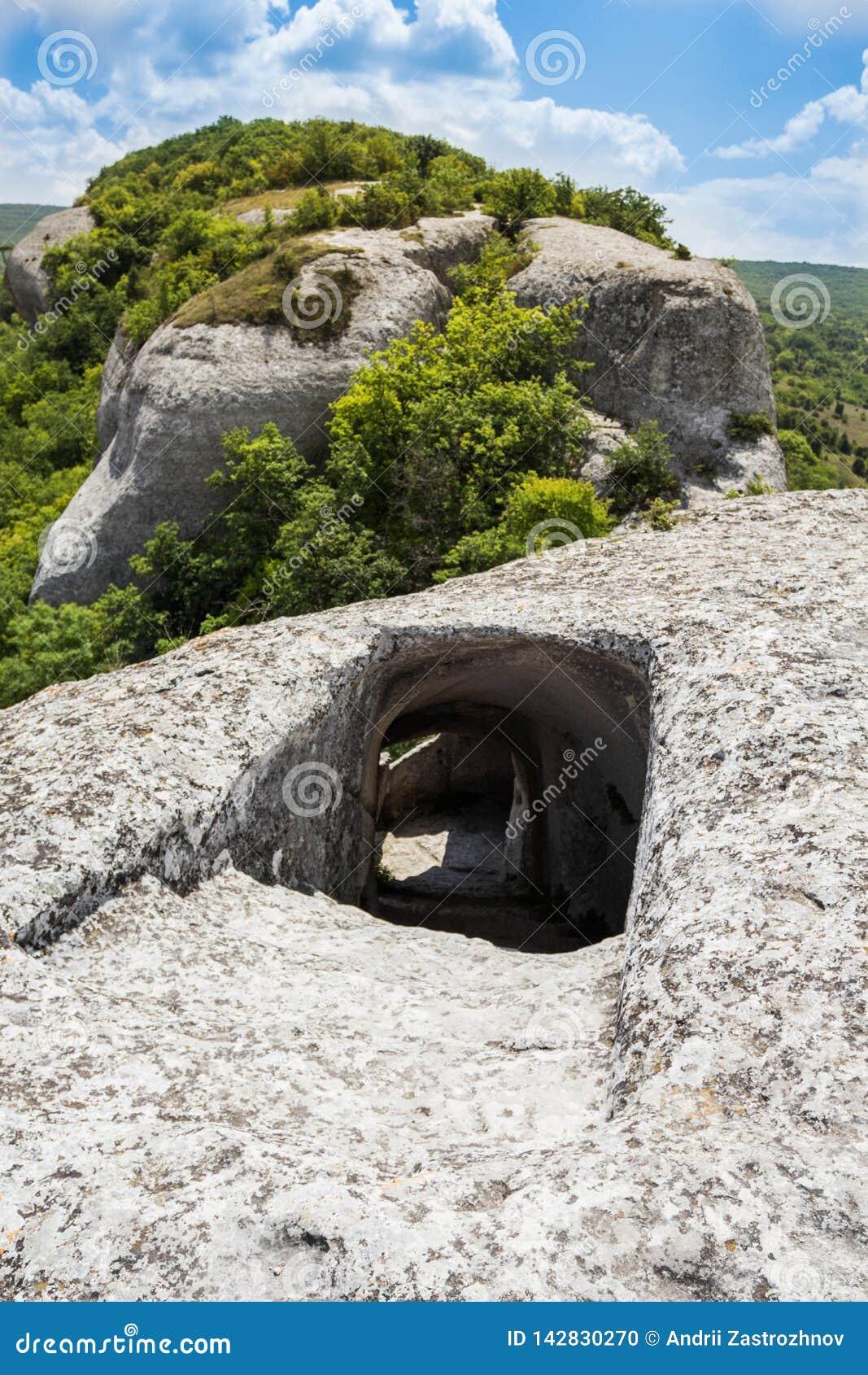 Вход к пещере поверх горы Острый спуск вниз с тоннеля