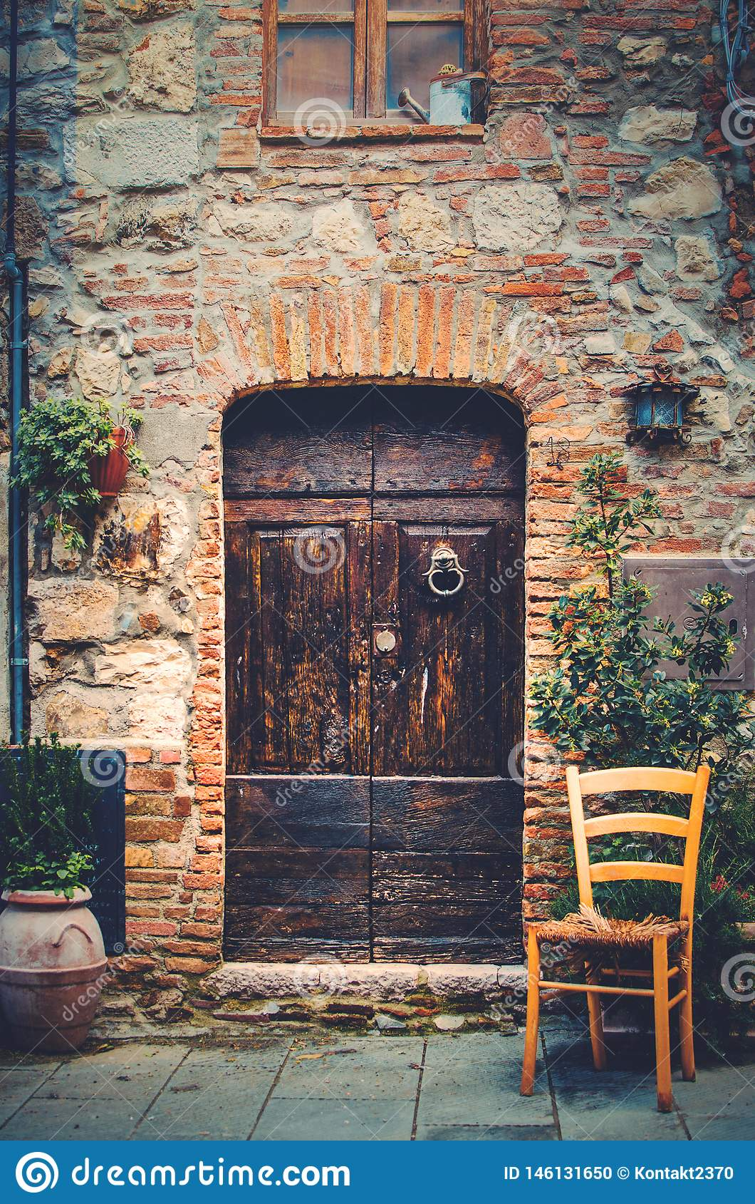Вход к старому дому в средневековой деревне в Тоскане