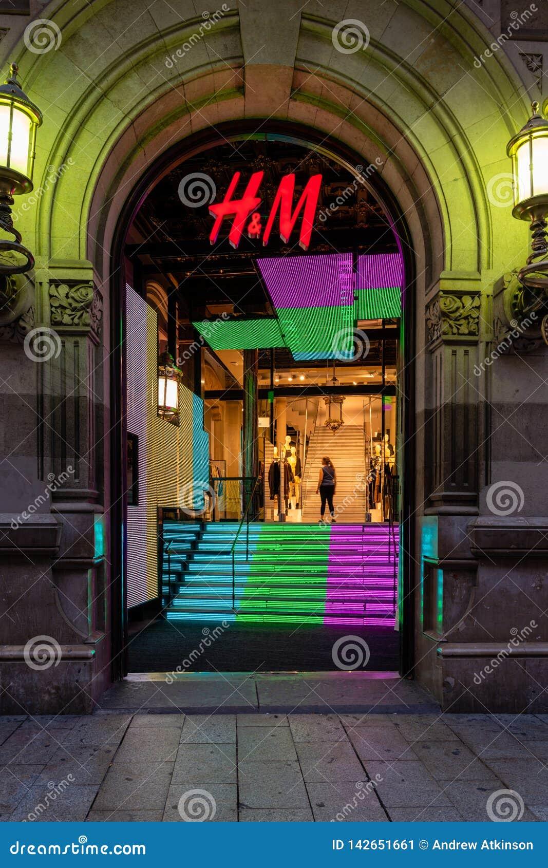 Вход магазина H&M вечером