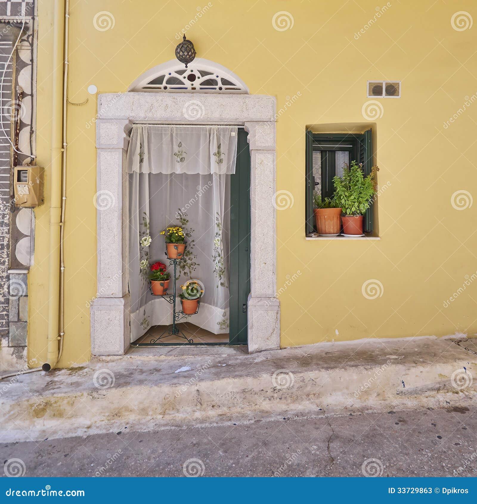 Вход и цветочные горшки дома