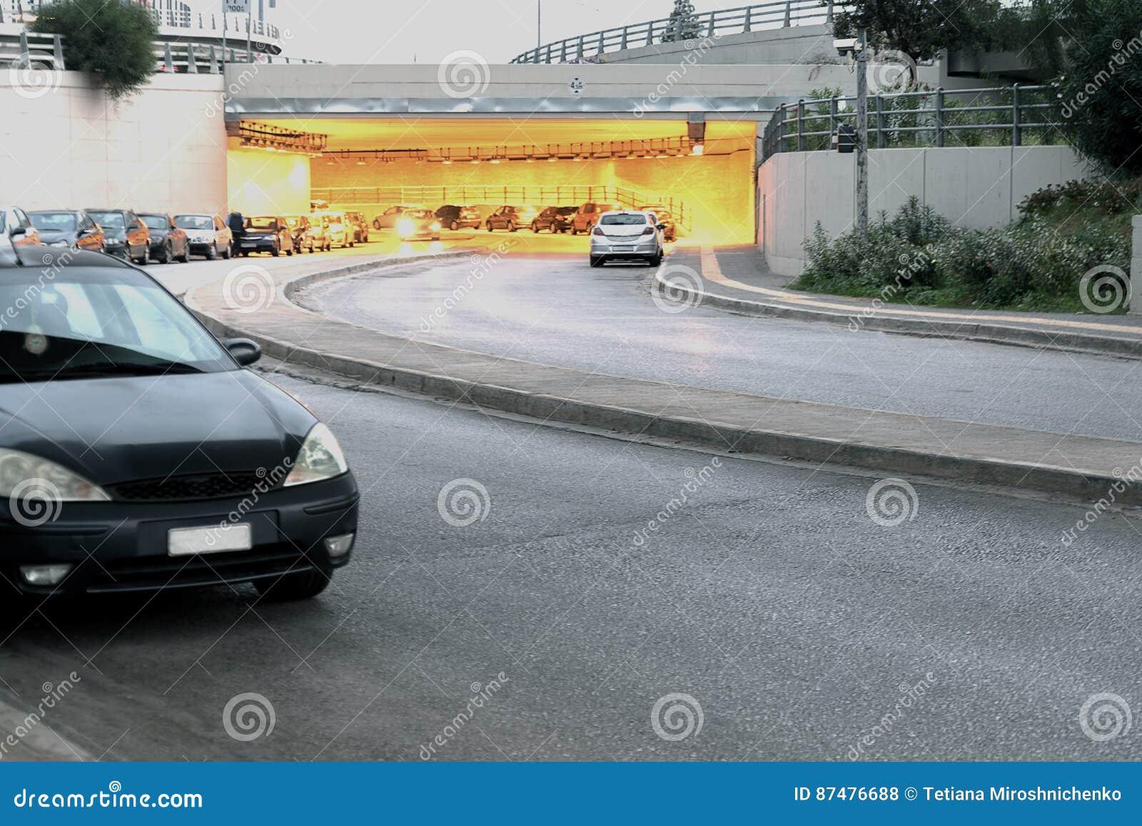 Вход к тоннелю под мостом в Афинах