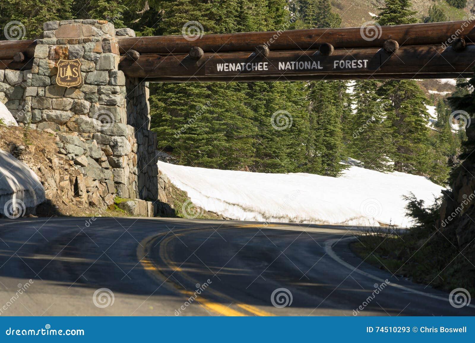 Входя в вход знака обслуживания США национального леса Wenatchee