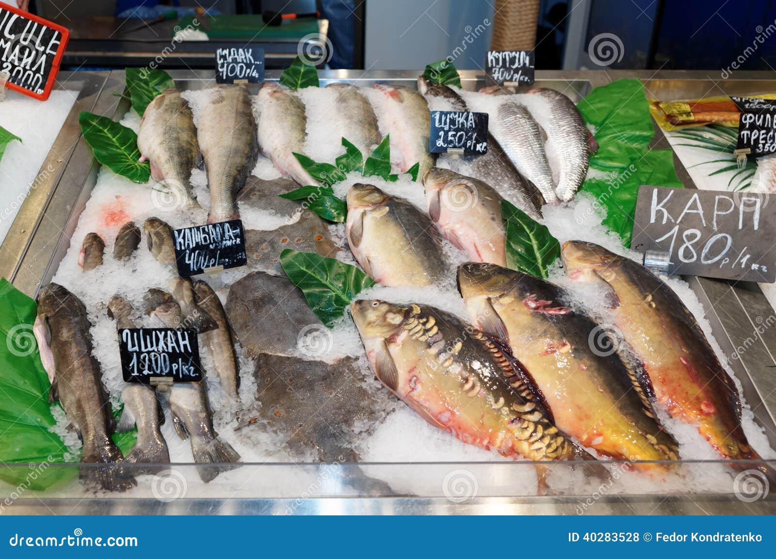 Выбор рыб на рынке