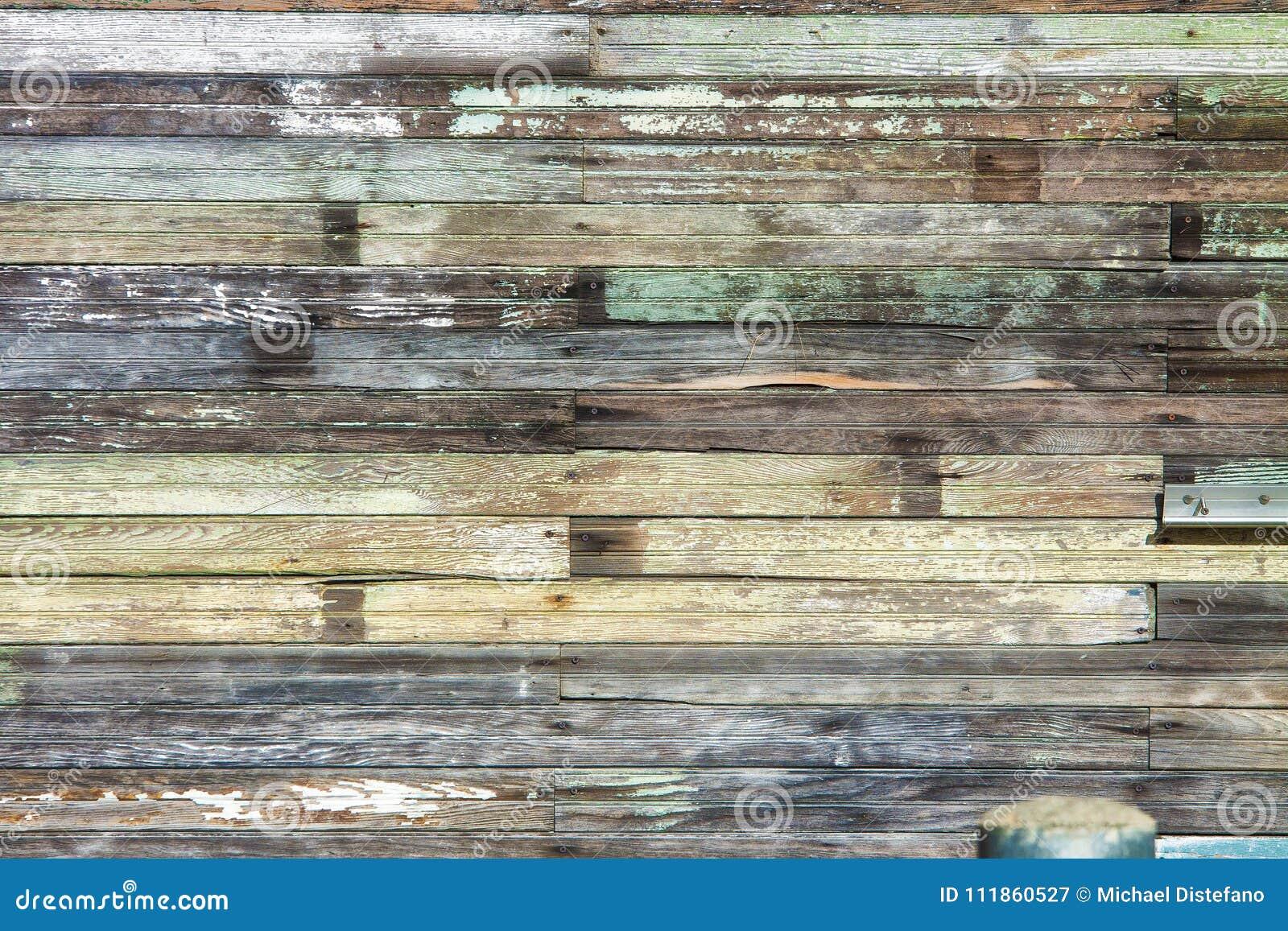 Выдержанный деревянный обрамлять здания