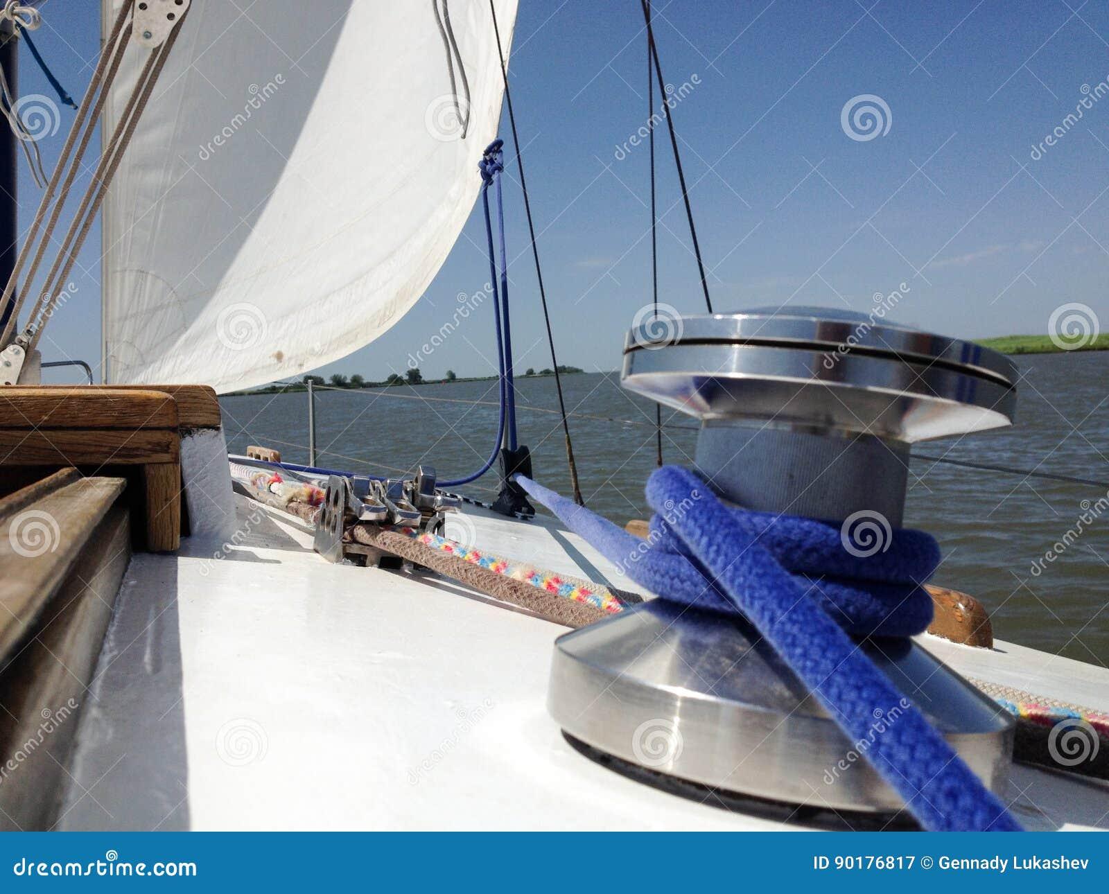 Выйдите яхта к открытому морю