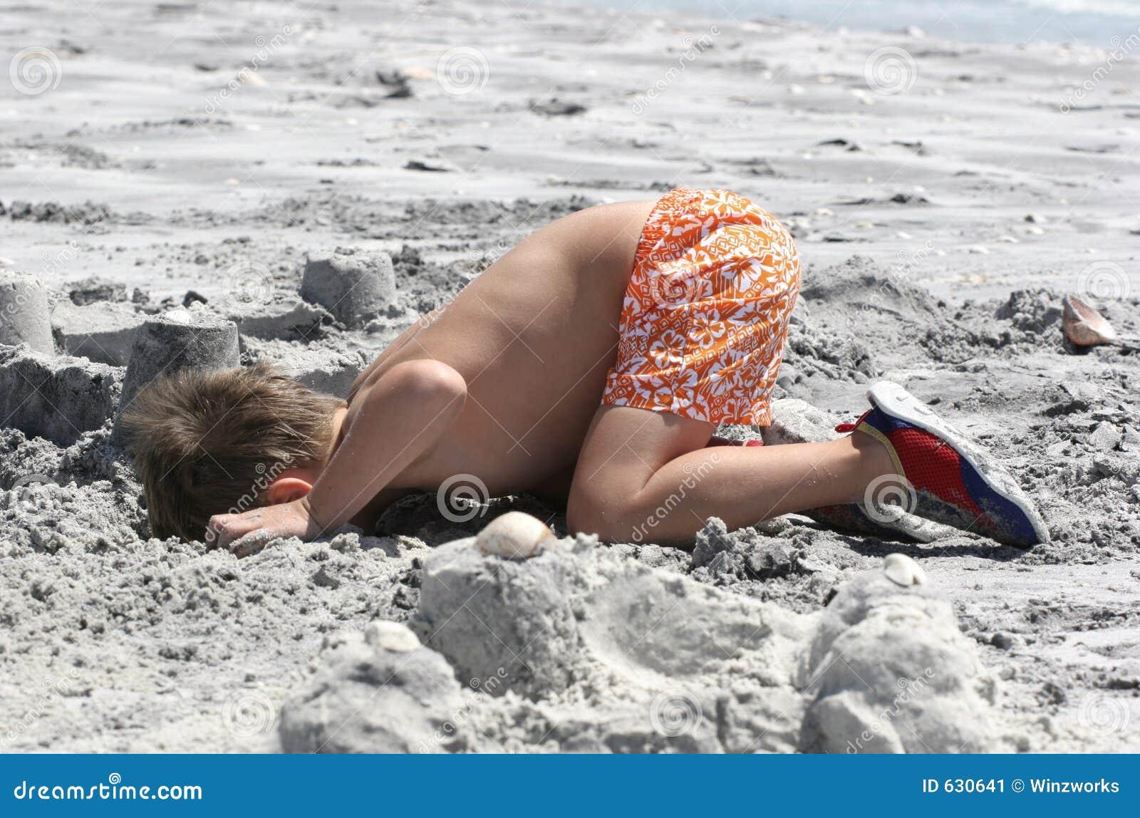 Download выкапывать пляжа стоковое изображение. изображение насчитывающей малыши - 630641