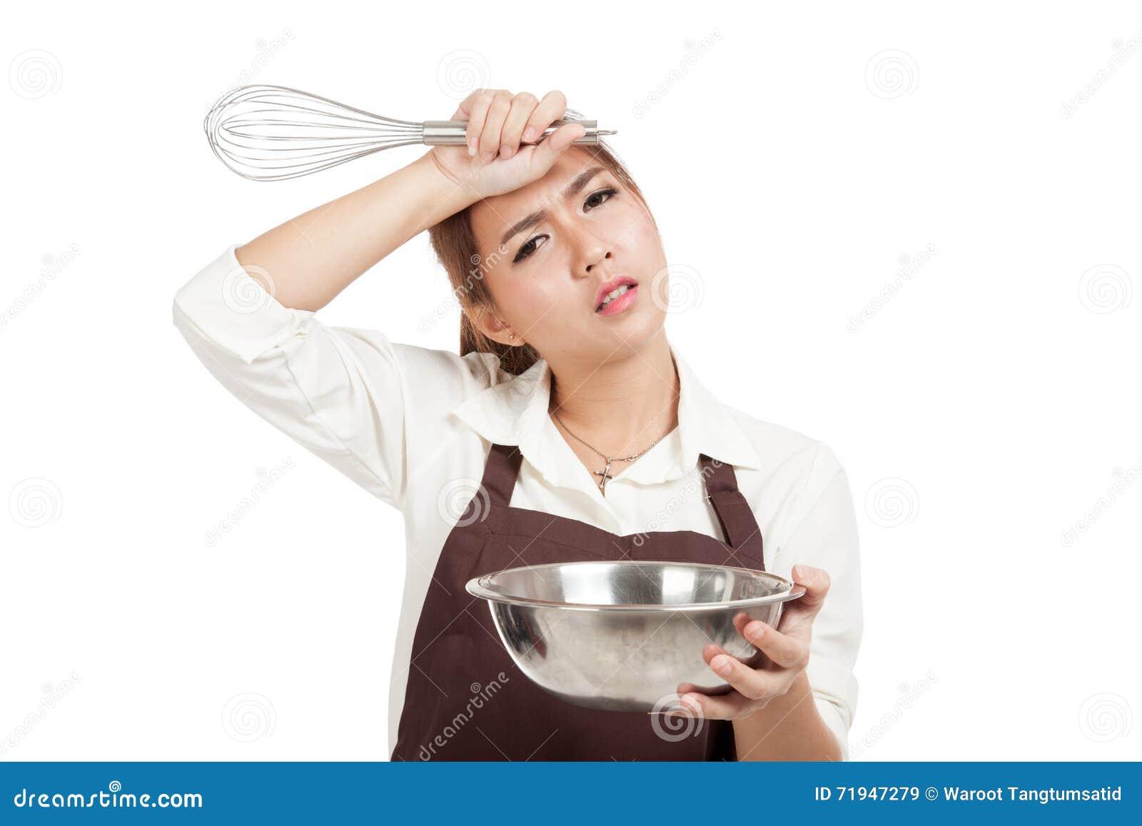 Вымотанная азиатская девушка хлебопека с юркнет и шар