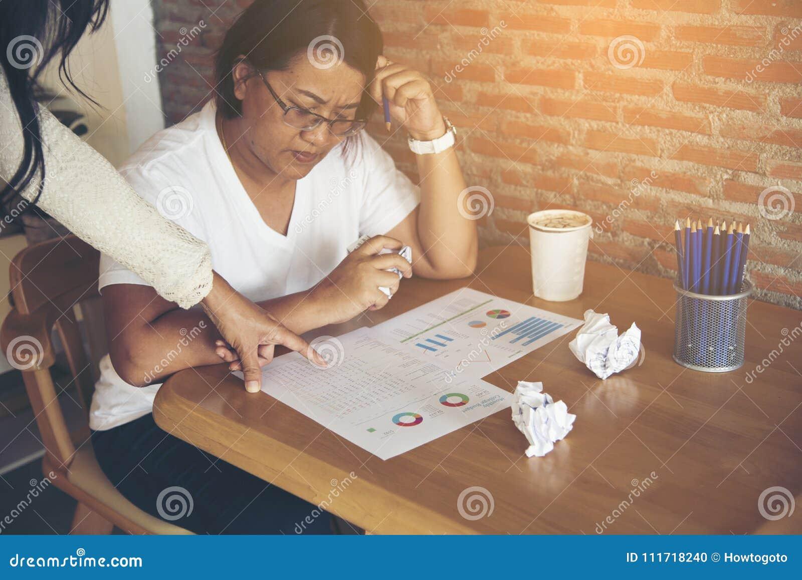 Вымотанная бизнес-леди имея ситуацию стресса Пожалуйтесь боссом